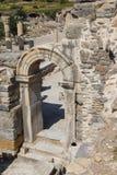 在古老罗马废墟的门道入口 免版税库存照片