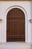 在古老美丽的大厦的老木门 免版税库存图片