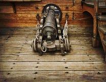 在古老船的葡萄酒枪 图库摄影