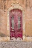 在古老葡萄牙语法鲁的深红门 图库摄影