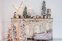 在古老葡萄酒老洗脸台五斗橱的圣诞节装饰 手工制造工艺礼物、candels和一棵树在 库存图片