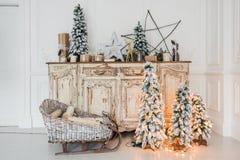在古老葡萄酒老洗脸台五斗橱的圣诞节装饰 手工制造工艺礼物、candels和一棵树在 免版税库存图片