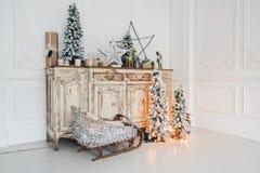 在古老葡萄酒老洗脸台五斗橱的圣诞节装饰 手工制造工艺礼物、candels和一棵树在 库存照片