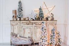 在古老葡萄酒老洗脸台五斗橱的圣诞节装饰 手工制造工艺礼物、candels和一棵树在 图库摄影