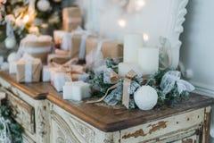 在古老葡萄酒老洗脸台五斗橱的圣诞节装饰 手工制造工艺礼物、candels和一棵树在背景 Sel 库存图片