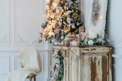 在古老葡萄酒老洗脸台五斗橱的圣诞节装饰 手工制造工艺礼物、candels和一棵树在背景 Sel 库存照片