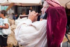 在古老衣裳打扮的历史吹风笛者 免版税库存图片