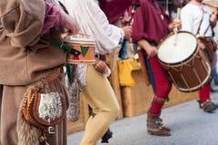 在古老衣裳打扮的历史鼓手 免版税库存照片