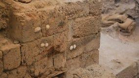 在古老解决挖掘站点的被破坏的墙壁有保存标记的  股票视频