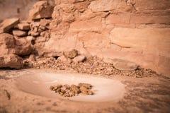 在古老镇研的石头的干玉米 库存图片