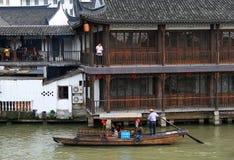 在古老水镇-在上海附近的汉语威尼斯运河的游船,有超过1700年的历史的 库存照片