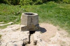 在古老Chufut无头甘蓝的集水量坑 库存图片