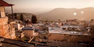 在古老hasid, Ortodox犹太采法特老市的典型的viev 免版税库存照片