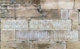 在古老Marib水坝的水坝墙壁上的题字 免版税库存照片