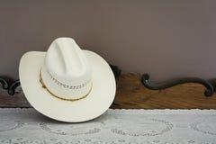 在古色古香的内阁的一个白色牛仔帽 库存照片