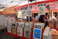在古色古香的市场,尼斯,法国上的葡萄酒海报 库存图片