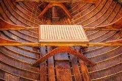 在古色古香的指南小船的藤茎位子 免版税库存照片