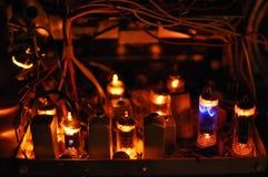 在古色古香的收音机的发光的管 库存照片