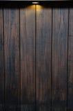 在古色古香的木墙壁上的光芒光 库存照片