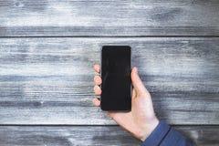 在古色古香的木头的黑电话 图库摄影