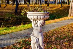 在古色古香的样式的雕塑花瓶在公园 库存图片