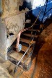 在古色古香的监狱里面的台阶栏杆 免版税库存照片