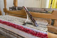在古色古香的织布机和螺纹的梭 免版税库存照片