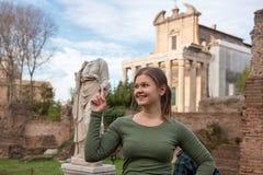 在古色古香的罗马尼亚雕塑前面的妇女 库存照片