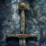 在古色古香的背景的剑细节 免版税库存图片