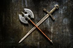 在古色古香的背景的剑 免版税库存照片