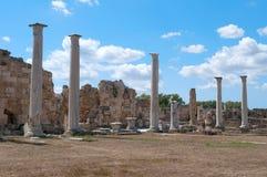 在古色古香的蒜味咸腊肠` s废墟在晴天 北赛普勒斯土耳其共和国 免版税库存图片