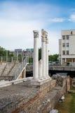 在古色古香的论坛的专栏与Odeon在普罗夫迪夫,保加利亚 免版税库存图片