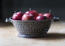 在古色古香的滤锅的红色Delicous苹果 库存图片