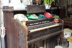 在古董店的钢琴 免版税库存图片