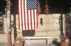 在古董店,圣菲,新墨西哥前面的美国国旗 免版税库存照片