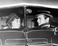在古董车的愉快的夫妇(所有人被描述不更长生存,并且庄园不存在 供应商保单那里将 库存照片