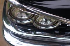 在古董车的车灯 免版税库存照片