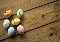 在木桌上的复活节彩蛋 库存图片