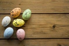 在木桌上的复活节彩蛋 免版税库存图片