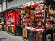 在古镇的纪念品店在成都,中国 免版税库存照片
