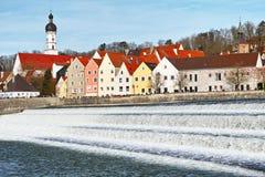在古镇莱希河畔兰茨贝格的河小瀑布 免版税库存照片