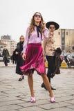 在古驰时装表演大厦之外的人们为米兰妇女的时尚星期 库存图片