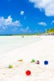 在古巴使在一个热带海滩的沙子的玩具靠岸 库存照片