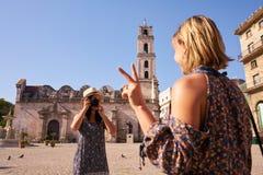 在古巴拍照片的妇女朋友的女性旅游业 免版税库存图片