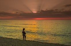 在古巴海滩的日落与游人 库存照片