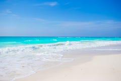 在古巴的田园诗热带海滩在有白色沙子、绿松石海洋水和蓝天的加勒比 图库摄影
