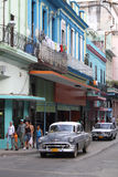 在古巴街道的经典灰色汽车 免版税库存照片