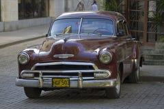在古巴街道,哈瓦那的老经典汽车 免版税库存图片