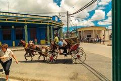 在古巴镇正方形的用马拉的支架  免版税库存图片