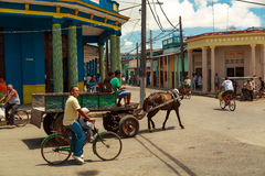 在古巴镇正方形的马推车  免版税图库摄影